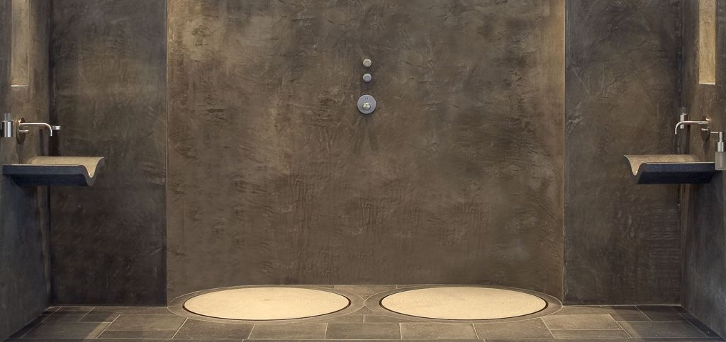 dubbele douche van beton en Belgisch hardsteen