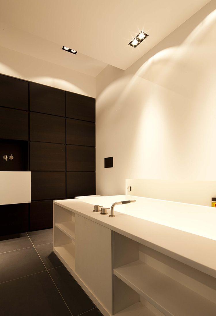Moderne badkamer B DUTCH met B DUTCH trimless spots. Inbouwspots die volledig zijn weggewerkt in het plafond. Met dimmer.