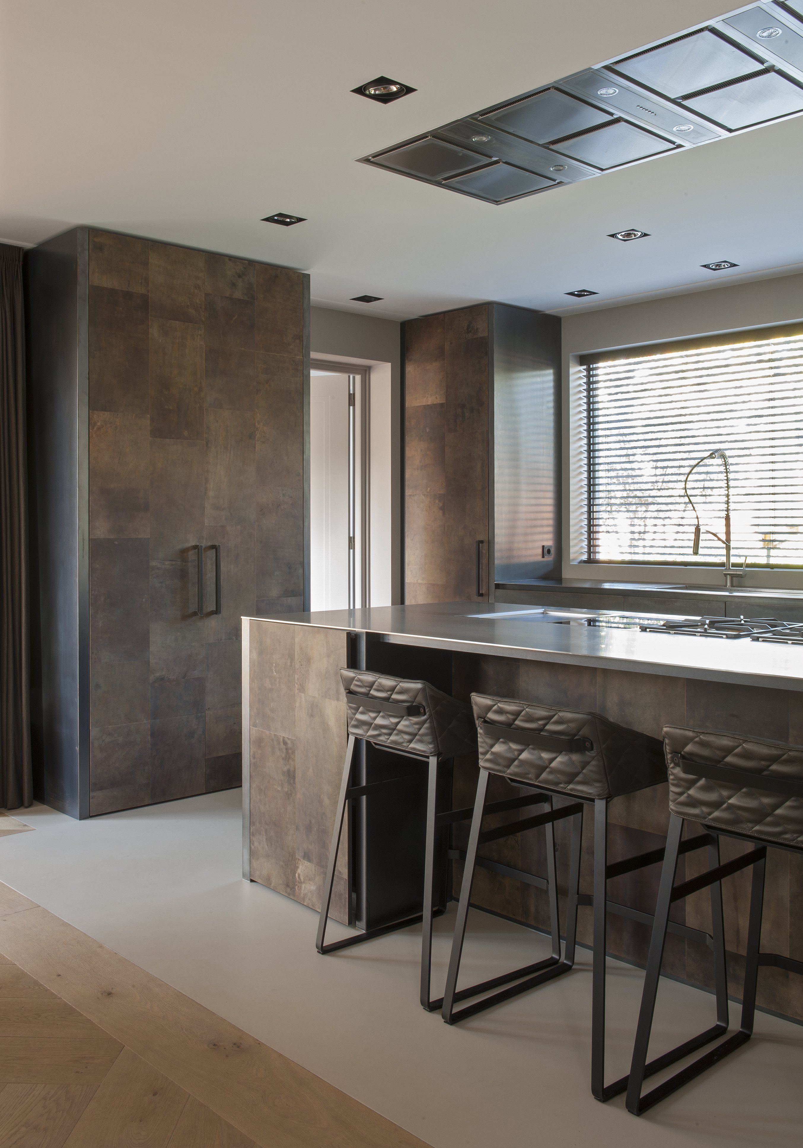B DUTCH design keukens met B DUTCH design trimless spots. Inbouwspots. Moderne keukens luxe keukens kookeiland solid surface