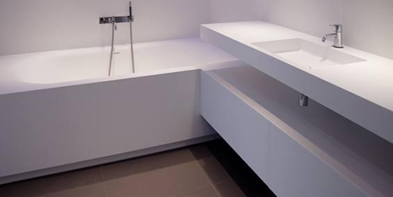 Maatwerk baden. Ligbaden, badkuipen, baden op maat gemaakt in alle vormen en afmeringen. Hier zelfs geintegreerd met een badmeubel. Naadloos vervaardigd van Solid Surface Corian.