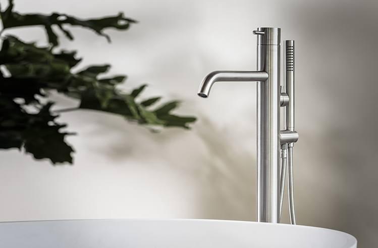 Design badkamer kranen van B Dutch. RVS design kranen. Chroom en zwarte kranen. Voor luxe badkamers en andere sanitaire ruimten in huis. Vrijstaande kranen, wandkranen, opbouwkranen, wastafelkranen, regendouches en meer.