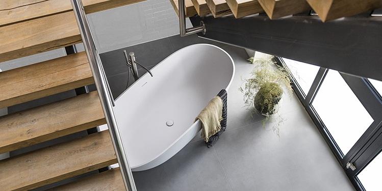 Luxe baden van Corian, ovaal bad. Elke vorm en maat mogelijk. Maatwerk bad, bad op maat van Corian. Vrijstaande baden voor in luxe badkamers. Uw badkamer wordt exclusief met zo'n vrijstaand ligbad van B Dutch. B Dutch levert een totaal programma voor complete badkamers.