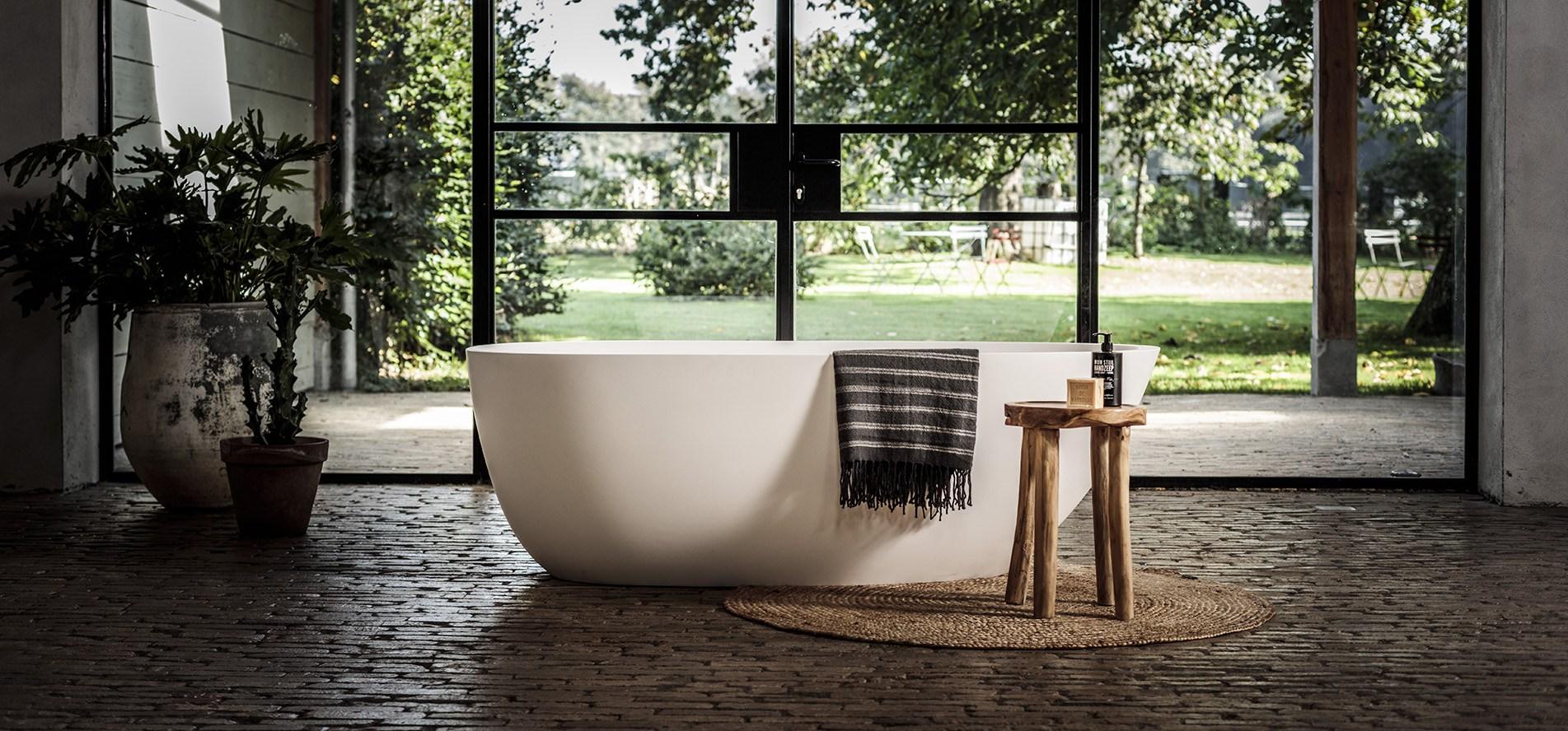 Solid Surface ligbad B-Solid, topkwaliteit bad. B DUTCH is een producent van hoogwaardige keukens en badkamers incl maatwerk direct af-fabriek tegen lage prijzen. Badkamermeubels, ligbaden, wastafels, douchebakken, toiletfonteinen, RVS kranen, LED verlichting, waanzinnige keramische tegels in alle formaten.
