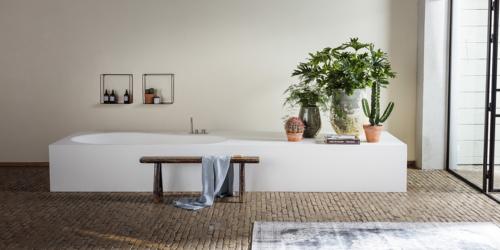 Lounge ligbad B DUTCH. Ook maatwerk baden. Ligbaden, badkuipen, baden op maat gemaakt in alle vormen en afmeringen. Naadloos vervaardigd van Solid Surface Corian.