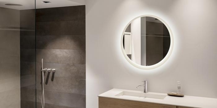 Ronde spiegel, ronde badkamerspiegel met LED verlichting. Deze ronde spiegel voor uw badkamer behoort tot de serie Round. B DUTCH is een producent van hoogwaardige keukens en badkamers incl maatwerk direct af-fabriek tegen lage prijzen. Badkamermeubels, ligbaden, wastafels, douchebakken, toiletfonteinen, RVS kranen, LED verlichting, waanzinnige keramische tegels in alle formaten.