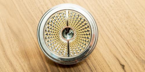 Vervanging halogeen AR111 in AR111 LED in halogeen AR111 armatuur. Deze bijzondere AR111 LED dimbare lichtbron vervangt één-op-één uw bestaande Halogeen lichtbron AR 111 van maximaal 75 Watt. Verder niets te vervangen! Uw dimmer, trafo, bekabeling, .. alles kan blijven zitten en blijft ook dimbaar! Heeft u een halogeen AR111 armatuur, een halogeen armatuur waar lampjes met AR111 fittingen in zitten, dan bespaart u niet alleen op energie, maar u bespaart ook op de kosten van aanpassing aan de armatuur, trafo, dimmer en bekabeling doordat u halogeen vervangt door led.