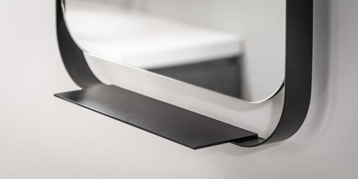 Draaibare badkamer spiegel met zwarte lijst. Draaibare badkamer spiegel design B Dutch. B Dutch heeft een mooi design programma spiegels voor badkamers. Grote en kleine spiegels, rechthoekig en rond. Veel badkamerspiegels hebben LED verlichting. Zoekt u een moderne badkamer spiegel met verlichting of zonder LED verlichting, kijk dan op onze site. We hebben badkamerspiegels met led verlichting in diverse afmetingen.