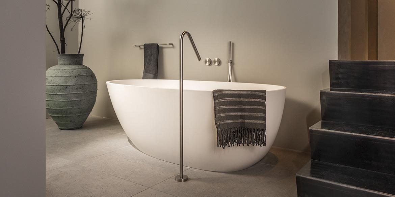 B DUTCH luxe badkamers. Bezoek de fabrieksshowroom van BDUTCH in Cuijk. Badkamer ontwerpen, badkamer inspiraties opdoen. Dit Corian Hi-Macs ligbad en de RVS vrijstaande badkamer zijn mooie voorbeelden uit onze eigen B DUTCH collectie badkamer elementen voor tijdloze interieurs.