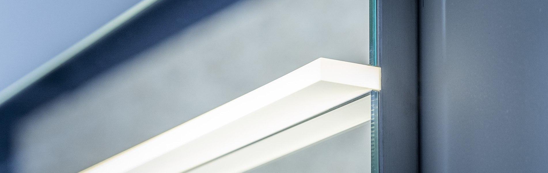 Badkamer spiegel met LED verlichting. B Dutch heeft een mooi design programma spiegels voor badkamers. Grote en kleine spiegels, rechthoekig en rond. De badkamerspiegels hebben LED verlichting. Zoekt u een moderne badkamer spiegel met verlichting, kijk dan op onze site. We hebben badkamerspiegels met led verlichting in diverse afmetingen.