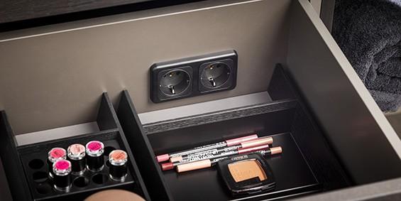 Optioneel kan in de badmeubels van B DUTCH een stopcontact in een lade worden aangebracht. Ook kunt u in de badkamermeubelen van B DUTCH ladeverdelers plaatsen.