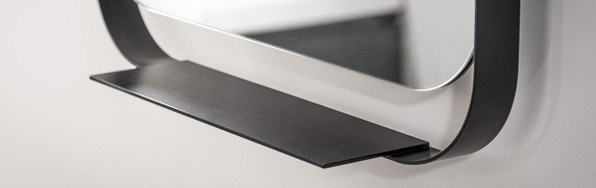 Detail van badkamer spiegel met zwarte lijst. Deze rechthoekige badkamerspiegel is draaibaar. Tijdloos B DUTCH design.