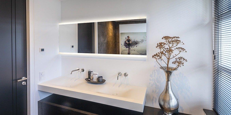 Dubbele B DUTCH Corian wastafel met moderne B DUTCH badkamerspiegel met led verlichting en B DUTCH badmeubel.