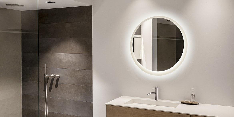 Ronde badkamer spiegel met led verlichting en witte lijst achter spiegel met verlichting ertussen. Moderne B DUTCH design badkamerspiegel LED.