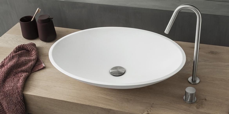 Ovale opzet waskom van B-Solid. De zelfde mat witte uitstraling als Solid Surface Corian. Opzet wastafel Oval. De opzetwastafel betreft een B-Solid Oval wasbak mat wit.