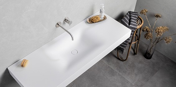 Mat witte Corian wastafel van B DUTCH en B DUTCH RVS kranen. Design zwevende wastafel, vrijhangend aan de muur. Diverse afmetingen Soft Single wastafels van B DUTCH.