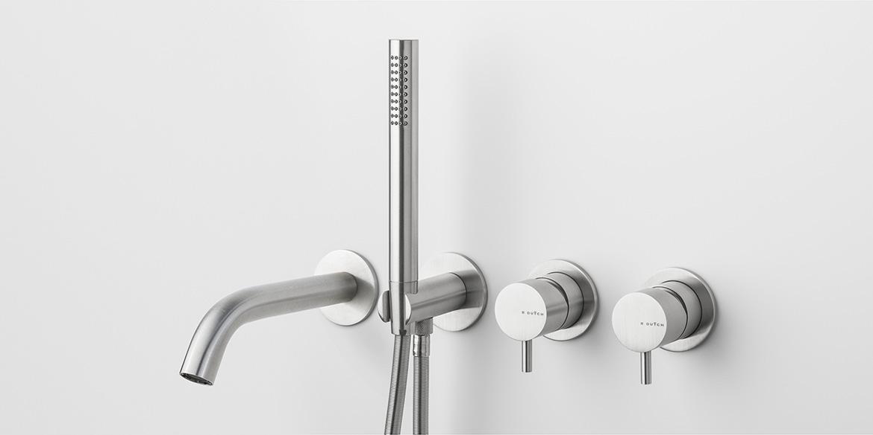 Badkraan van B DUTCH. Hoogwaardig geslepen RVS badkraan. Set met twee mengbedienknoppen, een handdouche en een korte baduitloop kraan. Hoogwaardige bad kraan.