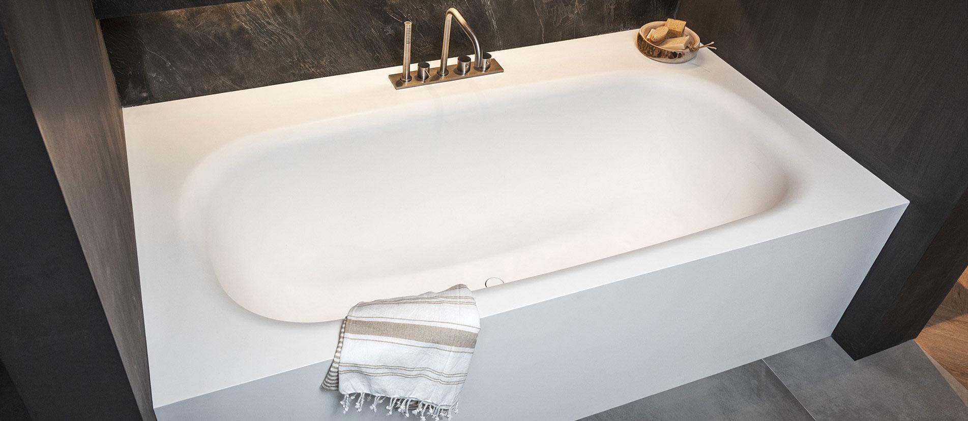 Corian ligbad, passend te maken tussen twee muren. Topkwaliteit Corian bad, vergeelt niet. B DUTCH design ligbad Vegas, strak tijdloos design. Verkrijgbaar in diverse gangbare afmetingen en ook op maat te maken.