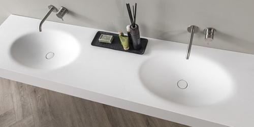 Corian dubbele wastafel van B DUTCH. Modern design mat witte wastafel van topmateriaal, Solid Surface Corian. Bekijk de Martinique dubbele wastafels van Corian online op de website van B DUTCH.
