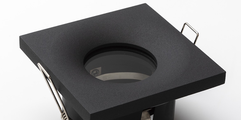 Badkamer Spotjes, inbouwspots badkamer. IP65 LED spots. The Essential collectie van B DUTCH. IP65 spots van geborsteld aluminium, mat zwart of mat wit. GU10 en MR16 en Philips Hue GU10 lichtbron passen in de badkamer spotjes. Armatuur voor GU10, MR16 en Philips Hue GU10 lichtbronnen. Ook dimbaar te maken.