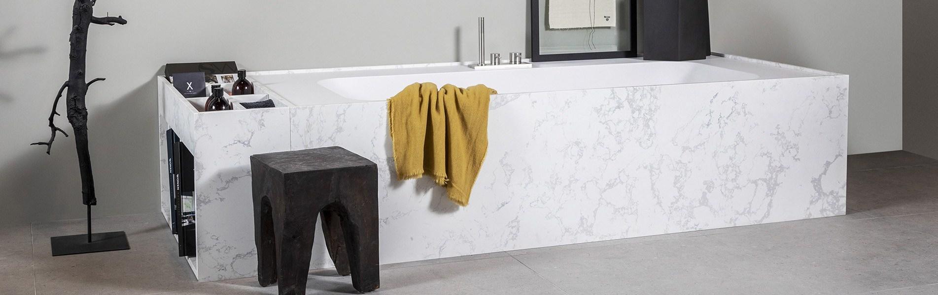 Marmer bad van B DUTCH. Tijdloos design bad van Solid Surface B-Solid met echt marmeren ombouw, echt marmer. Bad Italy Straight.