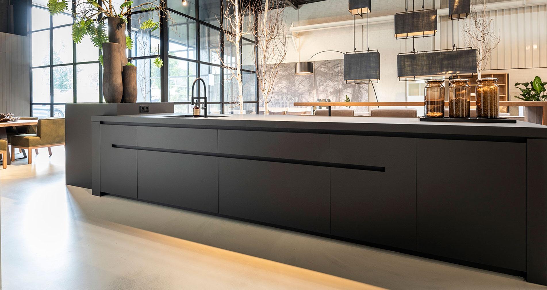 Luxe keuken, maatwerk keuken van B DUTCH. Tijdloze keuken, groot kookeiland. Ambachtelijk vakmanschap met een afwerking tot in detail. B DUTCH tijdloze design keuken zwart, antraciet donker grijs.