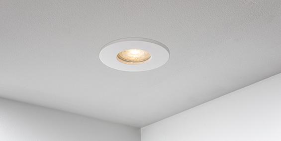 Badkamer Spotjes, LED badkamerspots wit rond, IP65, IP44. inbouwspots badkamer. IP65 LED spots. The Essential collectie van B DUTCH. IP65 spots van geborsteld aluminium, mat zwart of mat wit. GU10 en MR16 en Philips Hue GU10 lichtbron passen in de badkamer spotjes. Armatuur voor GU10, MR16 en Philips Hue GU10 lichtbronnen. Ook dimbaar te maken.