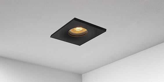 Badkamer Spotjes, LED badkamerspots zwart vierkant, IP65, IP44. inbouwspots badkamer. IP65 LED spots. The Essential collectie van B DUTCH. IP65 spots van geborsteld aluminium, mat zwart of mat wit. GU10 en MR16 en Philips Hue GU10 lichtbron passen in de badkamer spotjes. Armatuur voor GU10, MR16 en Philips Hue GU10 lichtbronnen. Ook dimbaar te maken.