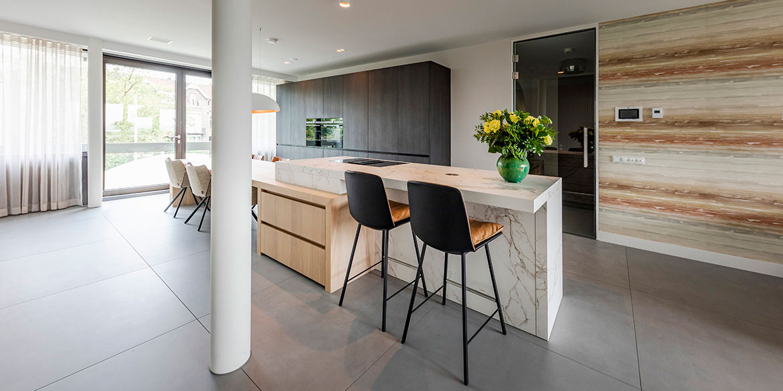 Luxe keukens, design keukens van B DUTCH. Keukens op maat. Ontwerp maatwerk keuken door interieuradviseurs B DUTCH. Interieurbouwer, producent keukens en badkamers Cuijk. Koop af fabriek. Klasse luxe keukens voor af fabriek prijzen.