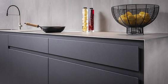 Design keuken RVS blad, zwart Fenix hout fineer kasten. Moderne strakke keuken. Maatwerk keuken binnen B DUTCH luxe keuken concepten.