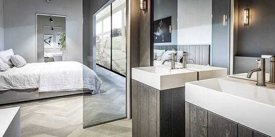 Complete luxe badkamer en suite. Kom badkamer inspiratie opdoen bij B DUTCH. Design badkamers, Corian badkamers, mat witte moderne badkamers.