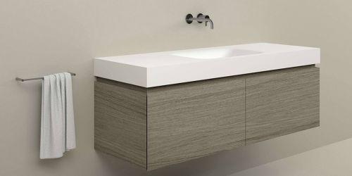 Badkamermeubel Ferrara 150 cm Quartiers Painted Ash Grey houtfineer met Soft Single wastafel van solid surface Corian, 100 mm dik, wasbak midden.