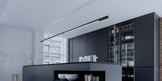 Design hanglamp 240 cm, 180 cm of 120 cm. Mat zwarte smalle moderne hanglamp voor eettafel, kookeiland. Deze LED design hanglamp is dimbaar. Inbouw hanglamp. Model B DUTCH Linear Light Fine, 2,2 cm breed en 2,5 cm hoog. Design B DUTCH. Binnen de collectie design hanglampen van B DUTCH kiest u uit de witte of zwarte design hanglampen, 2,5 cm of 10 cm hoog, inbouw of opbouw, mat zwart of wit. De Updown versie is 10 cm hoog en straalt ook licht op het plafond.