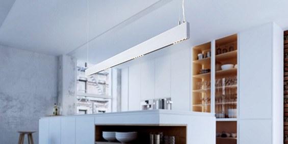 Design hanglamp 240 cm, 180 cm of 120 cm. Witte smalle moderne hanglamp voor eettafel, kookeiland. B DUTCH Linear Light Slim, wit, is 2,2 cm breed en 10 cm hoog. Deze LED design hanglamp is dimbaar. Design B DUTCH. Binnen de collectie design hanglampen van B DUTCH kiest u uit de witte of zwarte design hanglampen, 2,5 cm of 10 cm hoog, inbouw of opbouw, mat zwart of wit. De Updown versie is 10 cm hoog en straalt ook licht op het plafond.