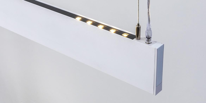 Design hanglamp 240 cm, 180 cm of 120 cm. Witte smalle moderne hanglamp met updown verlichting, 10 cm hoog, 2,2 cm breed. Voor eettafel, kookeiland. Deze LED design hanglamp is dimbaar. Design B DUTCH. Binnen de collectie design hanglampen van B DUTCH kiest u uit de witte of zwarte design hanglampen, 2,2 cm of 10 cm hoog, inbouw of opbouw, mat zwart of wit. Deze Updown versie is 10 cm hoog en straalt ook licht op het plafond.