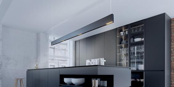 Design hanglamp 240 cm, 180 cm of 120 cm. Mat zwarte smalle moderne hanglamp voor eettafel, kookeiland. B DUTCH Linear Light Slim, mat zwart, is 2,2 cm breed en 10 cm hoog. Deze LED design hanglamp is dimbaar. Design B DUTCH. Binnen de collectie design hanglampen van B DUTCH kiest u uit de witte of zwarte design hanglampen, 2,5 cm of 10 cm hoog, inbouw of opbouw, mat zwart of wit. De Updown versie is 10 cm hoog en straalt ook licht op het plafond.