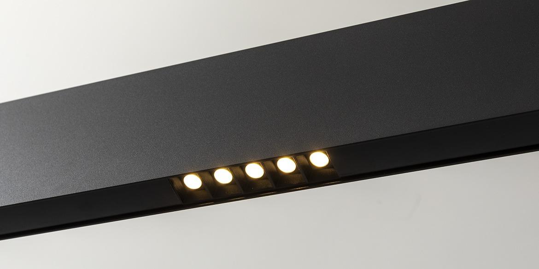 Design hanglamp 240 cm, 180 cm of 120 cm. Mat zwarte smalle moderne hanglamp, 10 cm hoog, 2,2 cm breed. Voor eettafel, kookeiland. Deze LED design hanglamp is dimbaar. Design B DUTCH. Binnen de collectie design hanglampen van B DUTCH kiest u uit de witte of zwarte design hanglampen, 2,2 cm of 10 cm hoog, inbouw of opbouw, mat zwart of wit. Deze Updown versie is 10 cm hoog en straalt ook licht op het plafond.