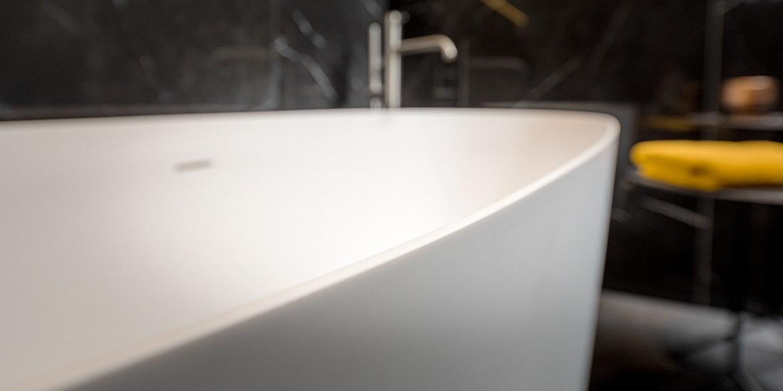 Ligbad vrijstaand van Solid Surface. Dit losstaande, vrijstaande bad is 160 cm lang. Model Grace van B DUTCH.