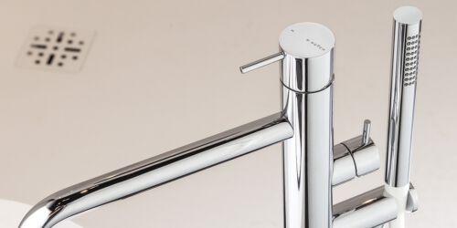 Chrome badkranen, vrijstaande chrome badkraan, een badmengkraan met een chrome baduitloop kraan en chrome handdouche. Topkwaliteit chrome kraan uit de design chrome kranen collectie van B DUTCH.