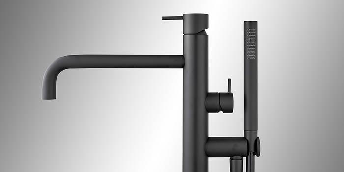 Zwarte badkranen, vrijstaande badkraan zwart, een badmengkraan met een zwarte baduitloop kraan en zwarte handdouche. Topkwaliteit zwarte kraan uit de design zwarte kranen collectie van B DUTCH.