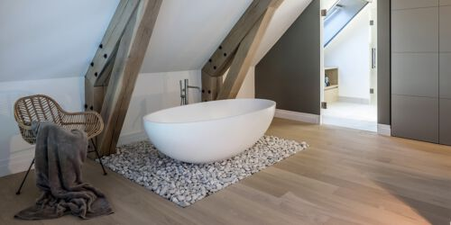 Vrijstaand ligbad B DUTCH Lazy Sofa 170. Een losstaand bad van 170 cm mat wit Solid Surface Corian ligbad.